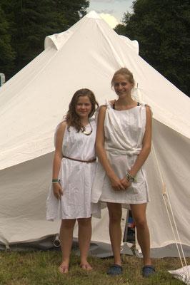 """Zeltlager 2017 (""""Zeitreise"""") - Zwei junge Damen aus dem alten Rom besuchen unser Zeltlager (©KjG Weilheim)"""