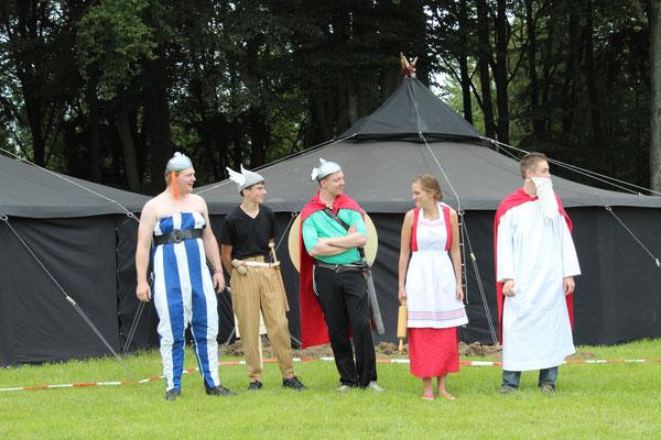 """Zeltlager 2014 (""""Asterix und Obelix"""") - Einige tapfere Gallier erwarten vor den Jurten die Ankunft der Kinder (©KjG Weilheim)"""
