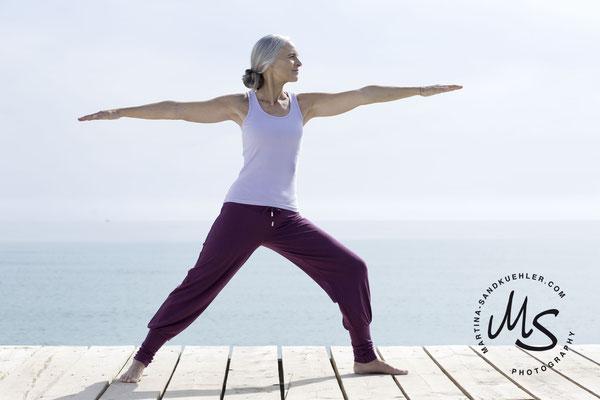 Yoga, Fotograf, Fotografin, Seniorin, graue Haare, Silvermodel