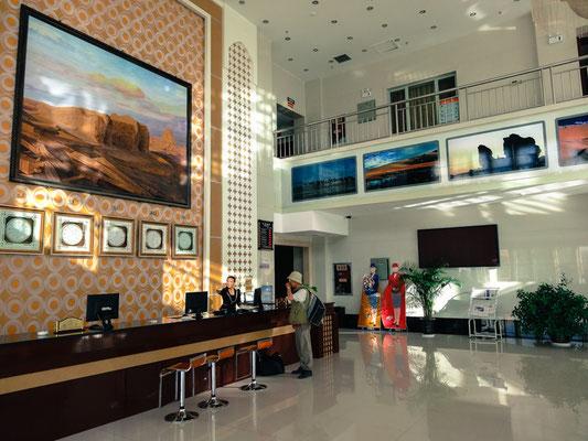 あえて高級ホテルに泊まっているわけではない。外国人はその動きを把握するために、街の中でも泊まって良いホテルが限られるのである。
