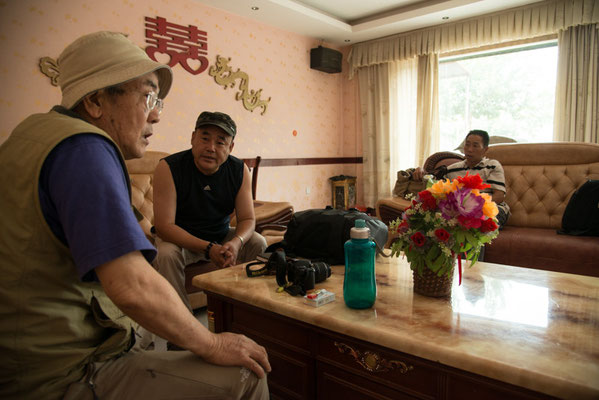 葉城にて。彼らも陸路でチベット入りをはかっていた。一緒に車をチャーターすることで安くあげることが出来ないかミーティングをした。
