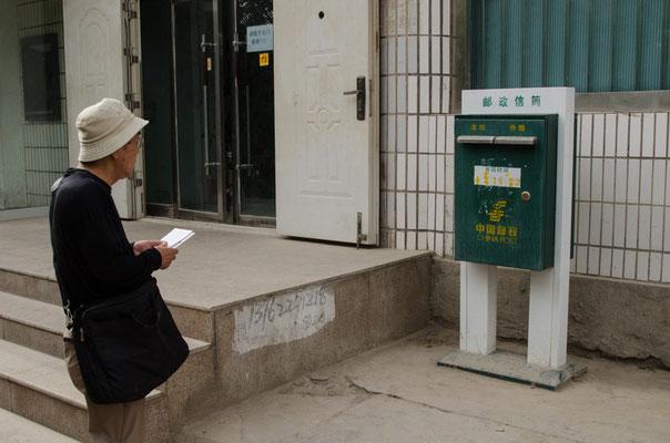 中国のポストは緑色。ポストは機能していないものもあり、郵便事情は良いとはいえない。