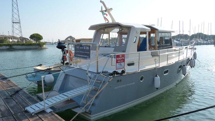 Modernes Verdränger Motorboot IC 39
