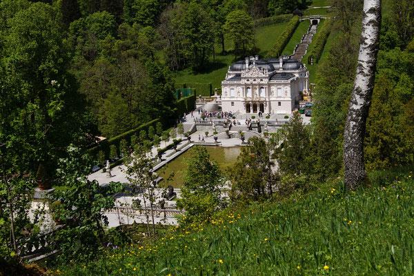 Schloß Linderhof liegt eingebettet in einem schönen Park