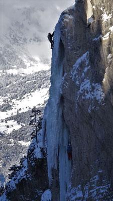 Une cordée sur le tube - Glacenost / Sarret-c't-un Jeu / Cascade de Glace / Haute-Maurienne