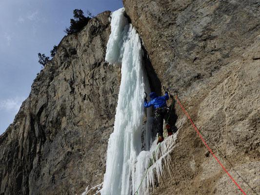 Douche au départ du tube de L3, Sarret-c't'un jeu, gorge de Glacenost, cascade de glace Maurienne