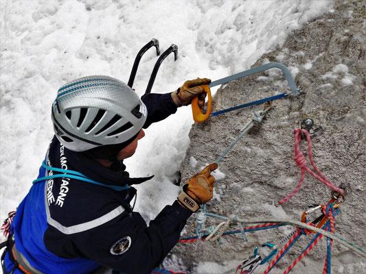Sylvain change le 1er relais, Glacenost, cascade de glace Haute-Maurienne