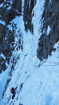 Marion au départ d'une petite traversée - Cascade de glace - Goulotte - Guide Maurienne