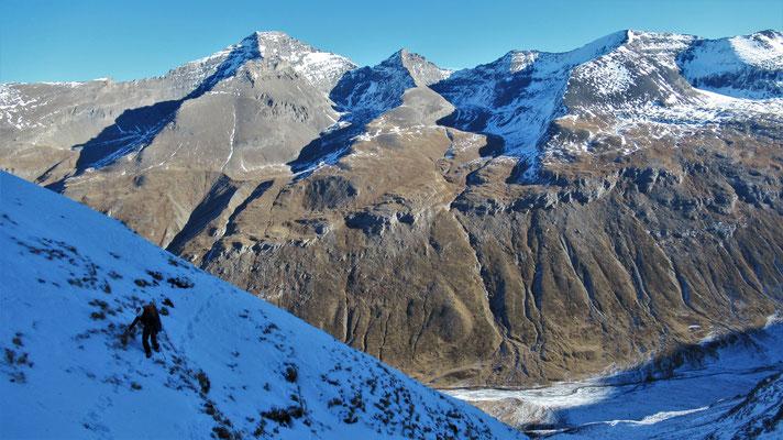 Marion lors de l'approche - Cascade de glace - Goulotte - Guide Maurienne