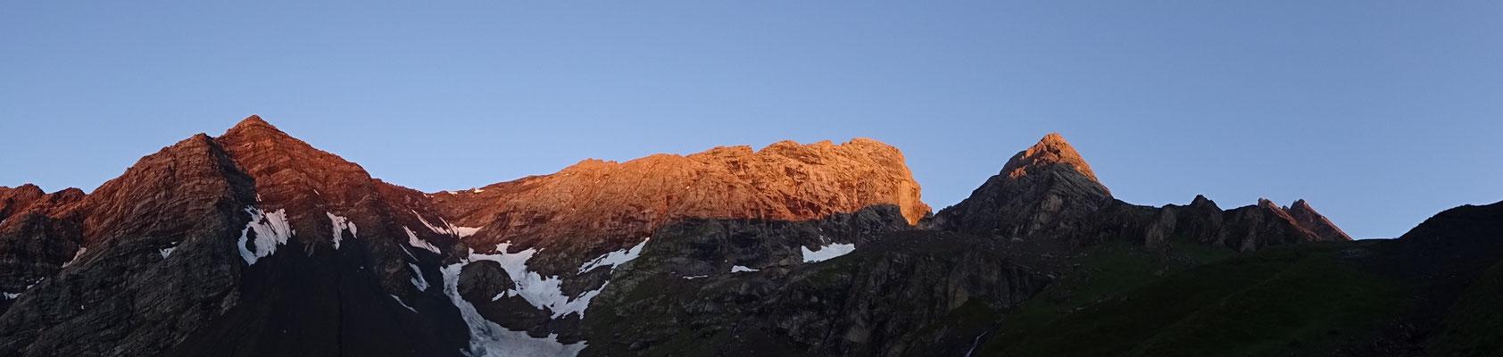 Lever de soleil sur la pointe Salvador, la Méridionale et la Centrale - Aiguilles d'Arves topo