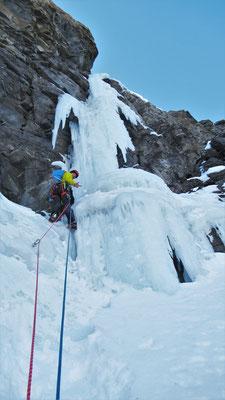 Jimmy au pied de L4  -  Cascade guide Maurienne