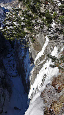 Une cordée dans L3 - Glacenost / Matin Difficile / Cascade de Glace / Haute-Maurienne