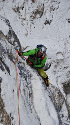 Nico au départ de la rampe de L1, Sarret-c't'un jeu, gorge de Glacenost, cascade de glace Maurienne