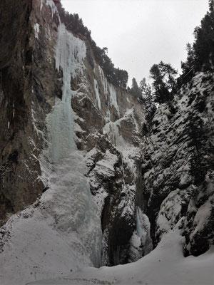 Glacenost après le déchaînement des éléments. Cascade de glace Haute-Maurienne