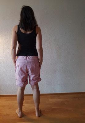 Larix-Shorts, verlängert und mit aufgekrempeltem Saum, von @spielraum.cologne