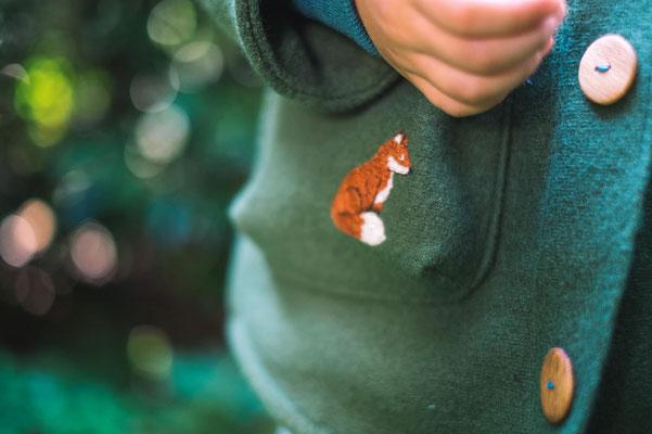 gestickter Fuchs auf Walkjacke, von @quittemarille