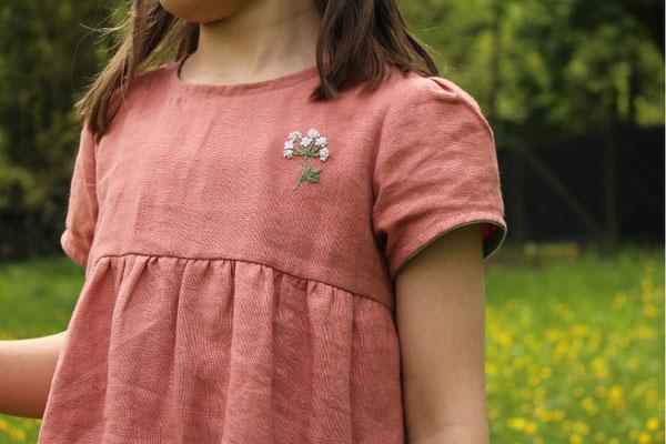 ... Wilde Möhre aus der Stickvorlage Sommer, auf einem abgewandelten Kleid LISABETH, von @happy.fabrics