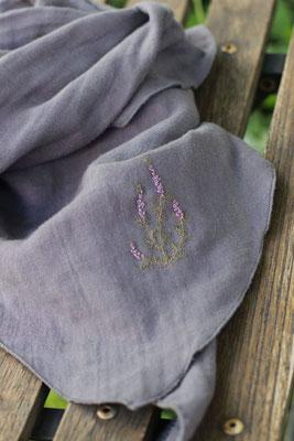 ... das gestickte Heidekraut auf einem Musselin-Halstuch; von @wanderfalkin