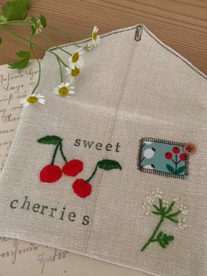 ... Kirschen und Wilde Möhre auf einem Briefumschlag-Täschchen; von @nins_heartmade