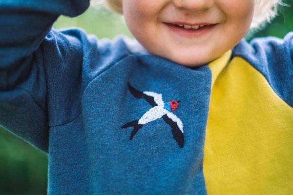 ... Schwalbenstickerei auf Kinderpullover, von @quittemarille