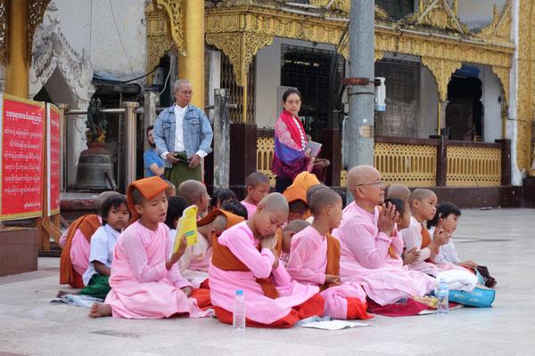 Pagode Shwedagon au lever du soleil - des petits moines