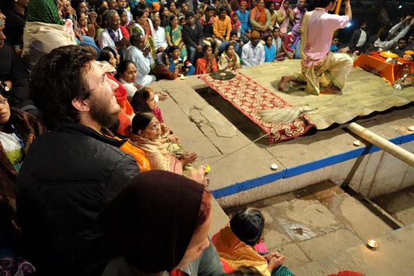 Cérémonie hindoue au bord du Gange - Etienne a été recruté pour faire sonner les clochettes !!