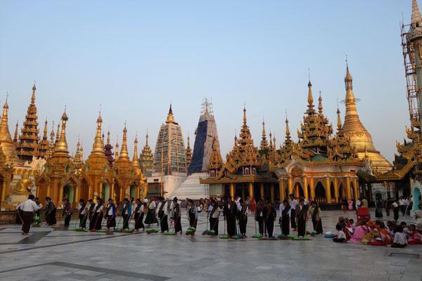 Pagode Shwedagon au lever du soleil - séance balayage