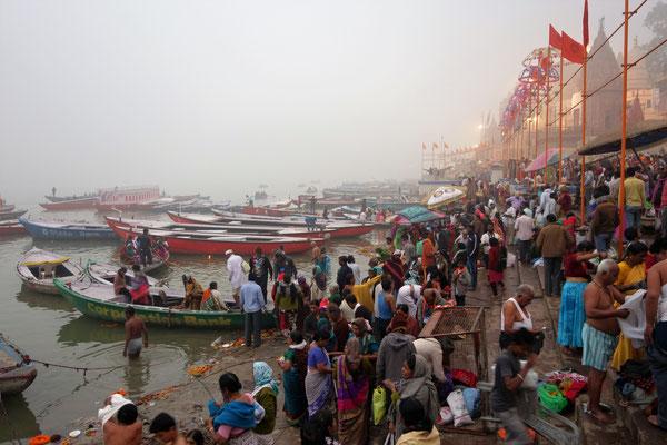 Tôt le matin, les ablutions commencent dans le Gange !