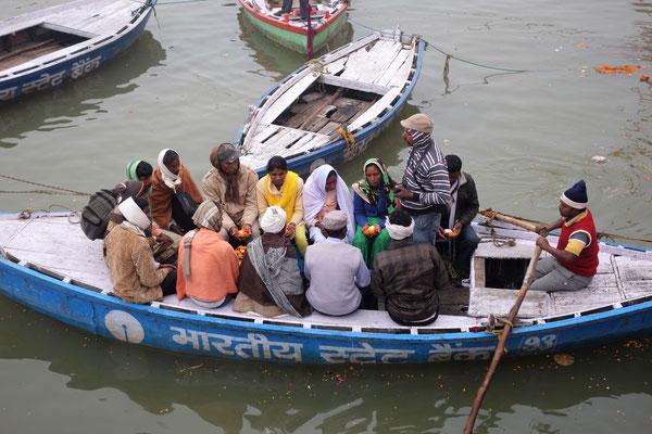 Certains partent en barque réciter des prières...