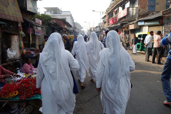 Les novices arrivant à Kalighat