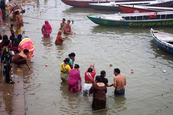 ... et d'autres continuent à se laver dans le Gange !