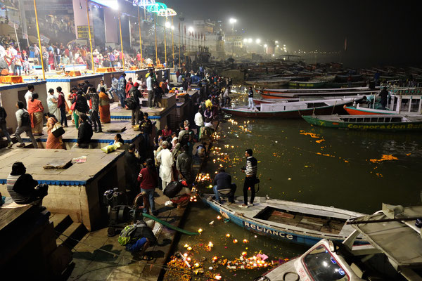 Après la cérémonie, les hindous vont faire des offrandes au fleuve sacré