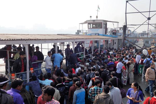 La foule se ruant sur le ferry à peine à quai...