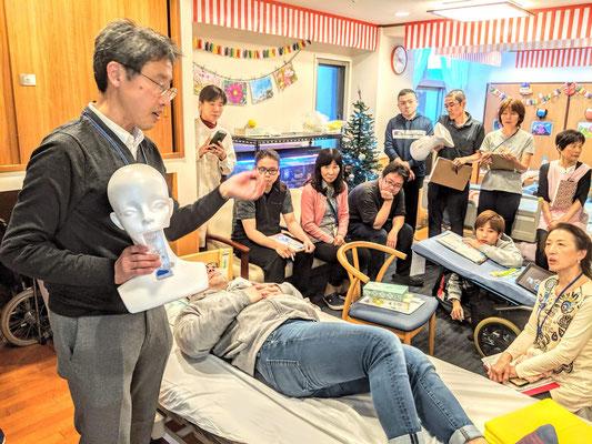 特別養護老人ホームで、完全側臥位法にもとづいた「誤嚥性肺炎と低栄養を防ぐための姿勢研修」を実施