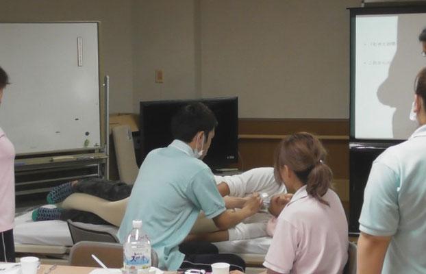 障害者施設で、完全側臥位法にもとづいた「誤嚥性肺炎と低栄養を防ぐための姿勢研修」を実施