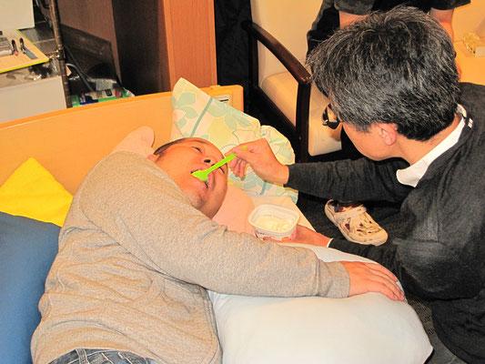 完全側臥位頸部回旋での食事介助のポイントを研修