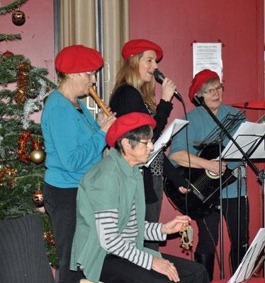 """Bild 2: Marianne Poppe mit ihrer Gruppe """"Statt Stricken"""" sorgte für die weihnachtliche Stimmung"""