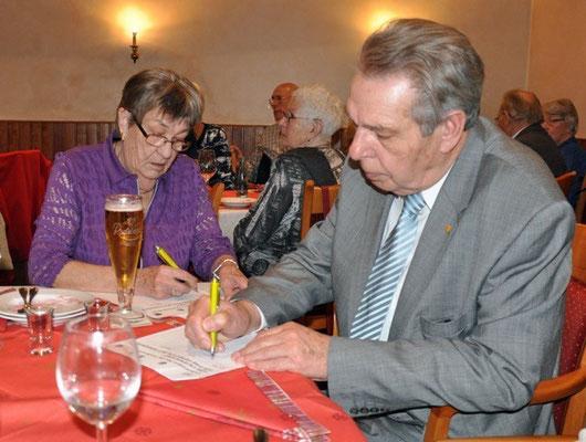 """Bild 1: Peter Levenhagen und seine Frau unterzeichnen die SoVD Unterschriftenaktion zur Verbesserung der """"Mütterrente"""""""