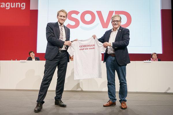 """Übergabe eines Lauf-T-Shirt mit SoVD-Logo und der Rückenaufschrift """"Gemeinsam sind wir stark"""""""
