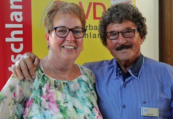 Bild 2: Die neue Revisorin Sylvia Stabrey und der Sprecher der Revisionskommission Jonny Ryll