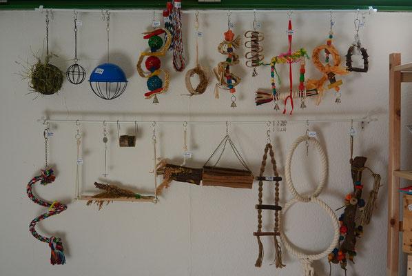 ... eine kleine Auswahl an Vogelspielzeug ...
