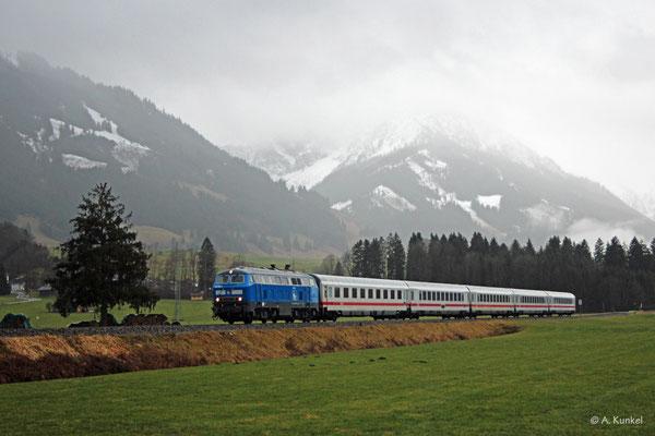 218 458 ist am regnerischen 4. Januar 2020 mit IC 2084 bei Unterthalhofen auf dem Weg in Richtung Immenstadt.