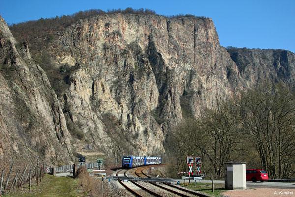 Im Nahetal ist die Vlexx unterwegs. Am 17. März 2016 fährt 622 445 und ein weiterer Lint als RB 29600/29618 in Richtung Neubrücke bzw. Baumholder bei Bad Münster am Stein unterhalb der 202m hohen Rotenfels-Wand, der höchsten Steilwand nördlich der Alpen.