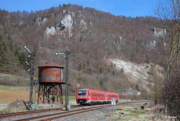 611 535/035 ist am 31. März 2016 als IRE 3206 von Ulm nach Neustadt im Schwarzwald unterwegs. In Hausen im Tal passiert der Triebwagen den unter Denkmalschutz stehenden Wasserturm.