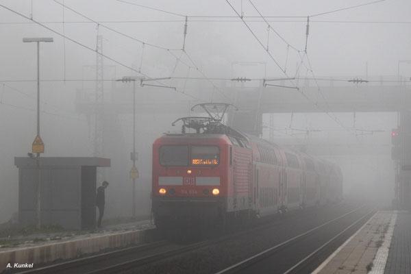 114 034 erreicht am 18.Oktober 2017 mit ihrer RB 51 nach Frankfurt den Bahnsteig von Wirtheim,