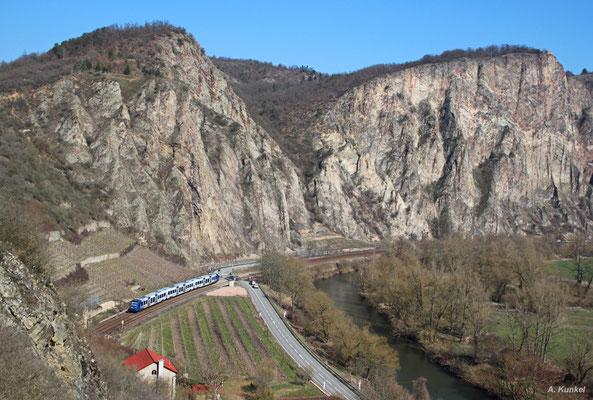 """Ein unerkannter 620 der Vlexx rollt am 17. März 2016 kurz vor Norheim als RB 29564 an der imposanten Felswand des """"Rotenfels"""" vorbei durchs Nahetal."""