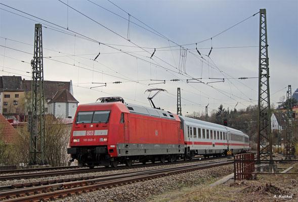 101 068 ist am 31. März 2016 mit Intercity 934 von Singen nach Stuttgart auf der Gäubahn unterwegs. Dabei kommt die Lok samt Zug auch durch Engen.