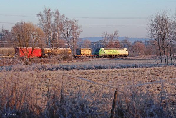 """185 389 """"CO2-frei"""" zieht ihren gemischten Güterzug am 30. Dezember 2016 durch die winterliche Landschaft bei Hasselroth im Kinzigtal."""