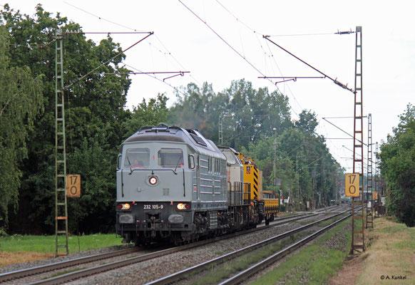232 105 und 203 166 gehören der Strabag und fahren am 1. August 2019 durch Hanau West.