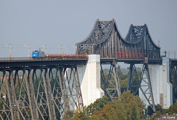 185 522 überquert im Einsatz für die ITL am 22. September 2017 mit ihrem Langschienenzug auf der Rendsburger Hochbrücke den Nord-Ostsee-Kanal.